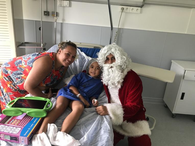 Visite surprise du Père Noël à Paofai