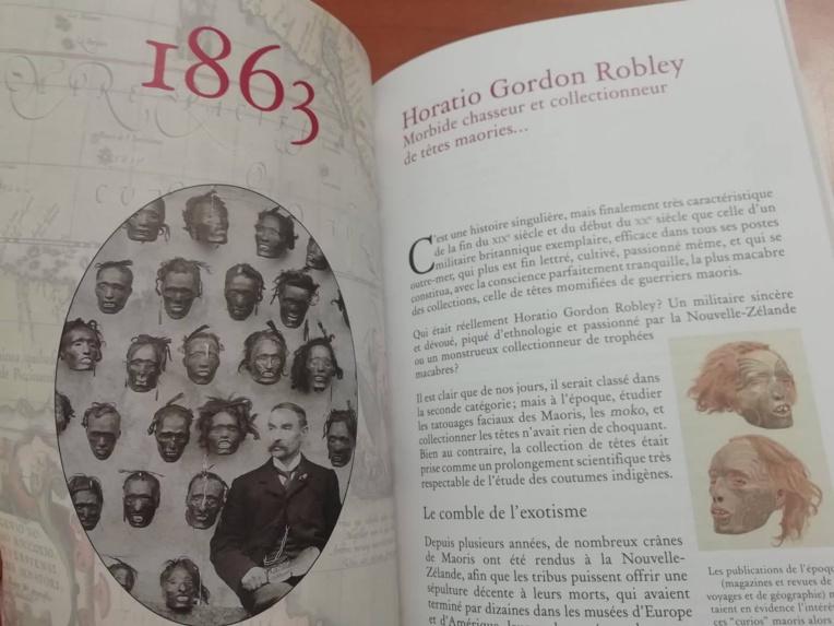 Horario Gordon Robley posant devant sa macabre collection de têtes maories.