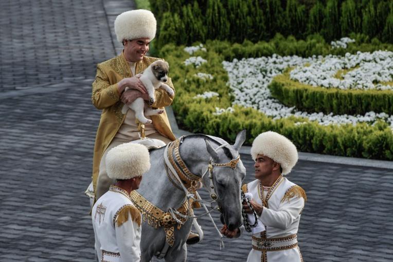 A cheval, au bowling, à la guitare: un jour dans la vie du président turkmène