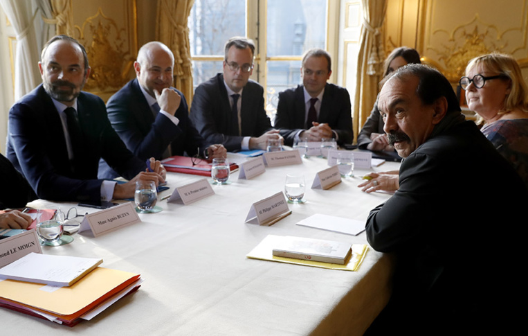 """Retraites: 14e jour de grève, Macron prêt à """"améliorer"""" la réforme"""