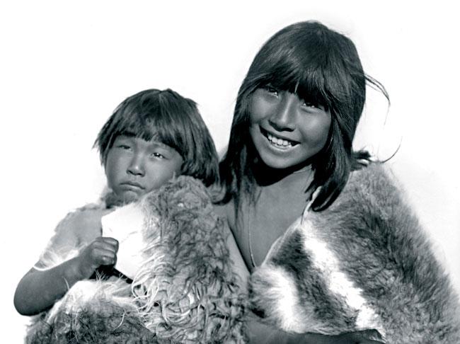 ces deux enfants Selk'Nam sourient devant l'objectif ; ils sont jeunes, beaux, insouciants et ils pensent avoir la vie devant eux. Ils seront exterminés avec tout leur peuple par les colons qui les chasseront au fusil comme du bétail (photo extraite du livre Genocidio selknam).