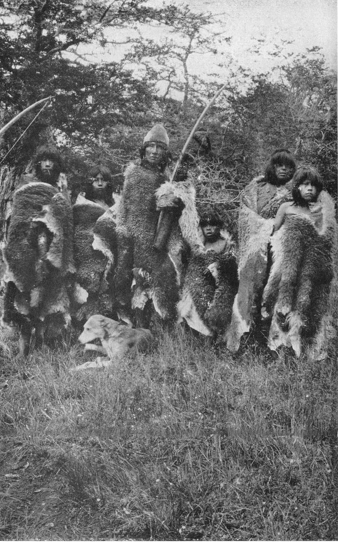 Photographiés en 1916, les derniers Onas, appelés aussi Selk'Nam, ont été massacrés impitoyablement par les éleveurs de moutons.