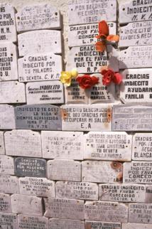 Gros plan sur les ex-voto qui ornent les abords de la tombe des derniers Indiens Selk'Nam. Tous les voeux du petit peuple y passent, avec les remerciements d'usage…