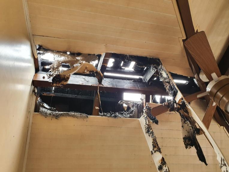 La toiture de l'un des appartements gravement endommagée par l'incendie. Le sinistre a été provoqué par une lanterne chinoise volante.