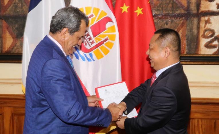 Le président de la Polynésie française, Edouard Fritch, et Wang Cheng, président de la hongkongaise porteuse du projet de ferme aquacole de Hao, ce jeudi à Papeete.