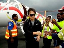 Jackie Chan a effectué une arrivée remarquée sur le tarmac de Port vila
