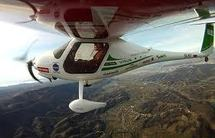 Un biologiste slovène atterrit après un périple de 100.000 km en avion écolo
