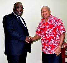 Le Dr Abdoul Aziz M'Baye lors d'une de ses rencontres avec le Contre-amiral Premier ministre fidjien Franck Bainimarama. (Source photo : gouvernement des îles Fidji)