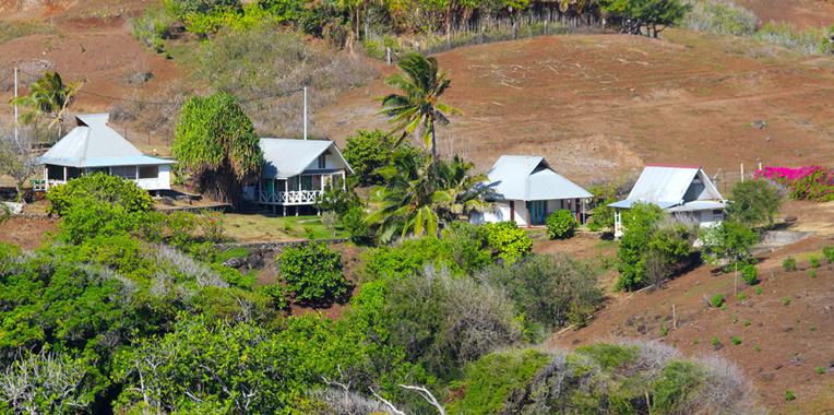 Une vue de quatre des cinq bungalows de la pension de Maurice et de Delphine, sur un éperon rocheux dominant le village de Okatu. Grand air et vue assurés.