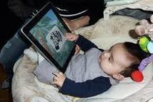 De plus en plus fréquent, l'usage des tablettes chez l'enfant fait débat