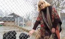 Elle mord son bulldog et est inculpée pour cruauté envers les animaux