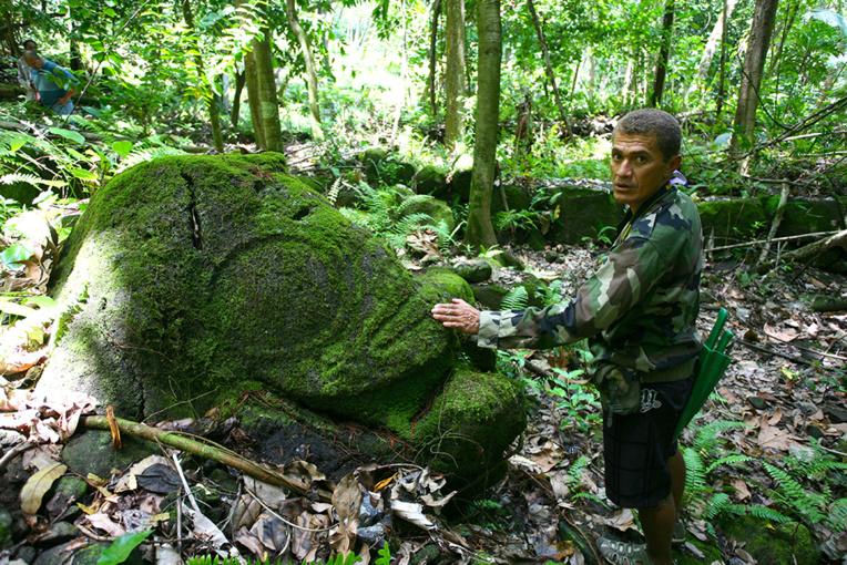 Enorme bloc rocheux, le tiki de Aakapa est aujourd'hui enfoui dans la forêt, bien au-dessus du petit village.