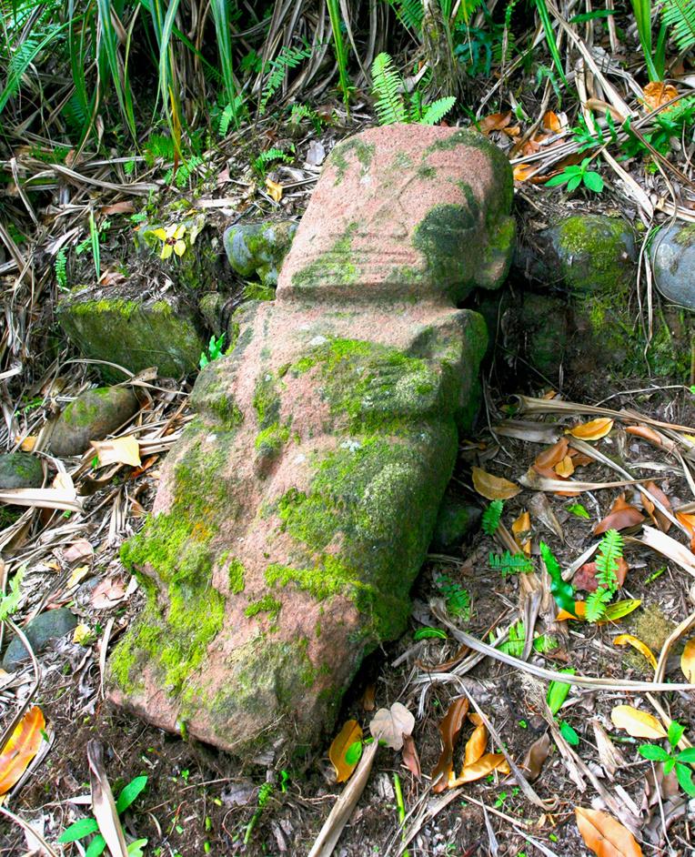 Oublié pendant longtemps, hors des circuits touristiques, voici le tiki sans nom de la haute vallée de Puamau, à Hiva Oa.
