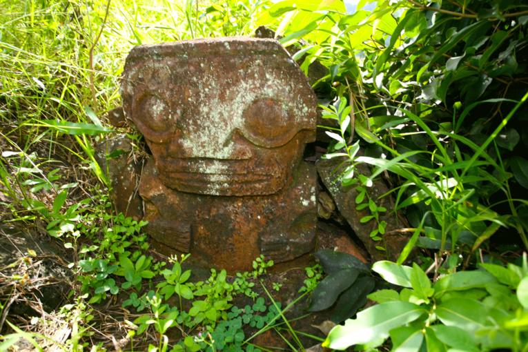 Ce tiki en forme de dalle ferme l'entrée d'une tombe dans l'ancien cimetière de Hiva Oa.