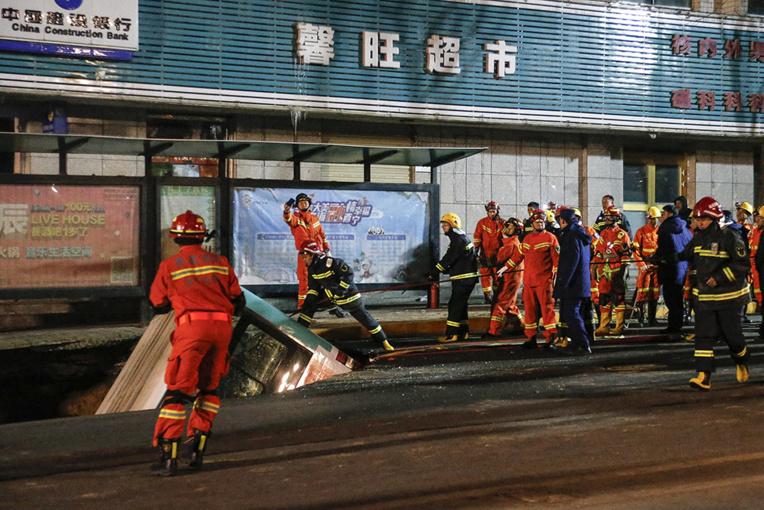 Chine: un bus englouti par la chaussée, 6 morts