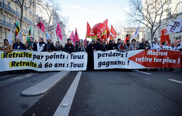 """Retraites: des dizaines de milliers de manifestants """"déterminés"""" malgré une mobilisation en baisse"""