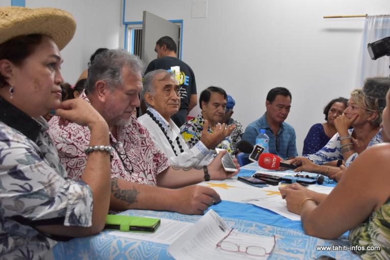 Oscar Temaru, hier à la permanence du Tavini Huiraatira, entouré d'une partie des élus du parti souverainiste.