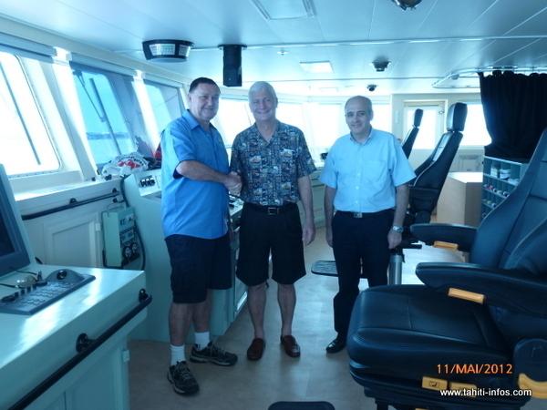 Patrice Colombani et les responsables du chantier naval
