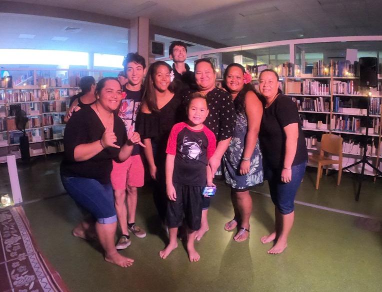 """Ces étudiants inscrit en """"parcours adapté"""" de l'Université ont fait une prestation de slam. """"Ils ont fait preuve de courage et d'audace en participant à cette 3eme éditions des nuits de la lecture à l'Université de la Polynésie française. Sortir de son petit confort pour écrire sur soi-même est un challenge qui a été relevé avec succès pour les 5 étudiants qui y ont participé"""" assure une de leurs enseignantes."""