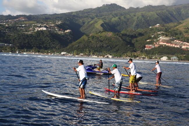 Après la finale open la course de stand up paddle a eu lieu au large le long du récif qui fut intéressante et magnifique.