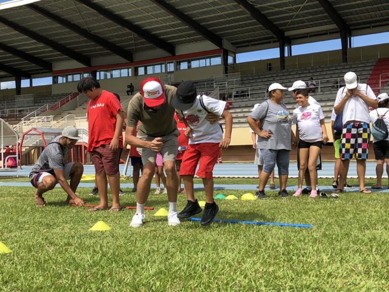 Lancer de medecine ball et saut de grenouille étaient au programme des athlètes en herbe.