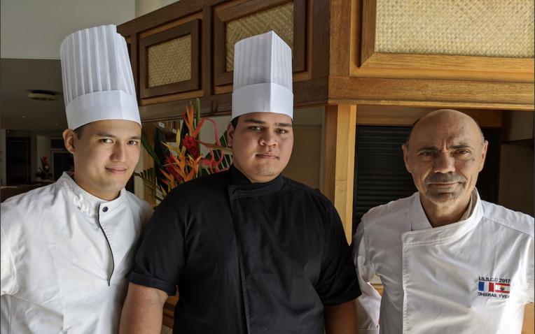Hitinui Ahu, Reiarii Sanford et leur professeur Yves Dhieras.
