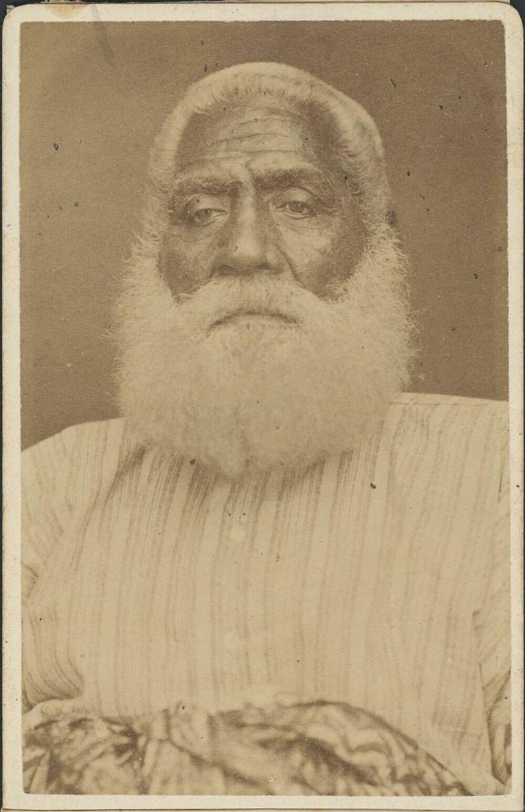 Le roi Cakobau (photo de Francis H. Dufty) ; l'ancien cannibale était devenu chrétien et composait volontiers avec les planteurs et autres colons, mais la couleur de sa peau ne plaisait pas à ceux qui adhérèrent au Klan en 1871.