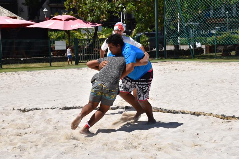 C'est sous un soleil de plomb que les mā'ona sont entrés dans l'arène  pour des combats de trois minutes chacun.