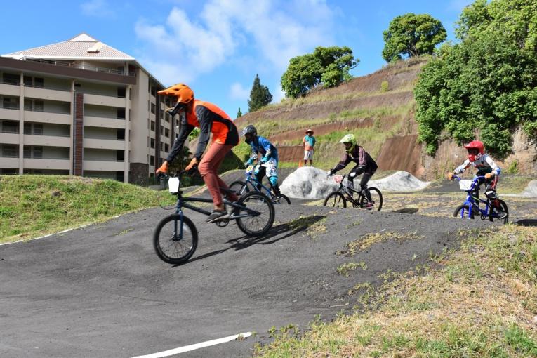 le BMX race ou Bicross est une course entre huit concurrents qui doivent parcourir une piste de 340 à 400 mètres de long.