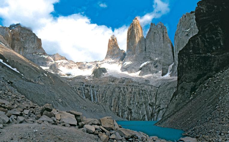 Depuis la corniche marquant la fin du trek, la vue qui s'offre au randonneur est sublime : dominant un petit lac glaciaire, les trois imposantes Torres del Paine (2 900 m), masses verticales de granit brut. Elles ont donné leur nom à ce qui constitue sans doute le plus beau parc naturel du Chili.