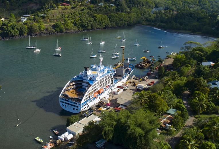 Vous rêvez de découvrir la vie de croisière et les Marquises ? Les voyages sur le cargo mixte Aranui 5 sont proposés à -20% au Salon du Tourisme.    (Photo : L'Aranui 5 à  Hiva Oa en avril 2019. Crédit : Lionel Gouverneur)