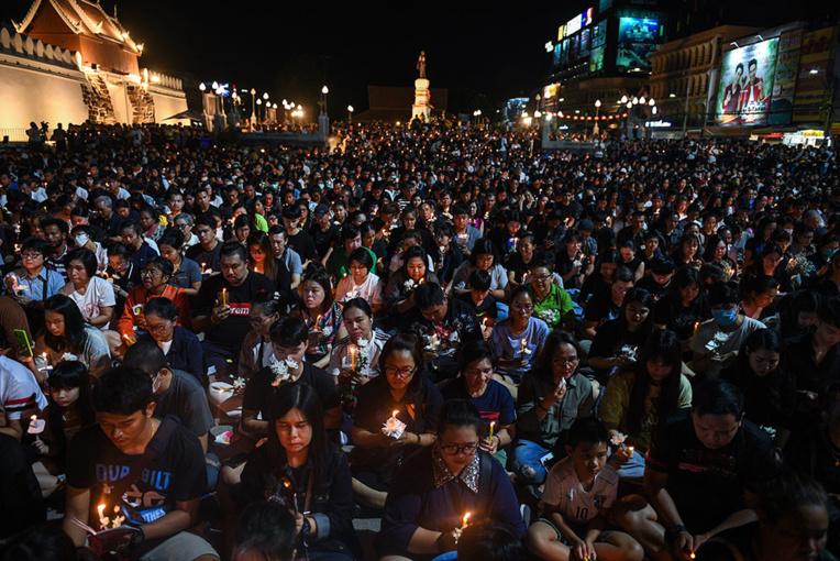 Recueillement en Thaïlande pour les 29 personnes abattues par un soldat