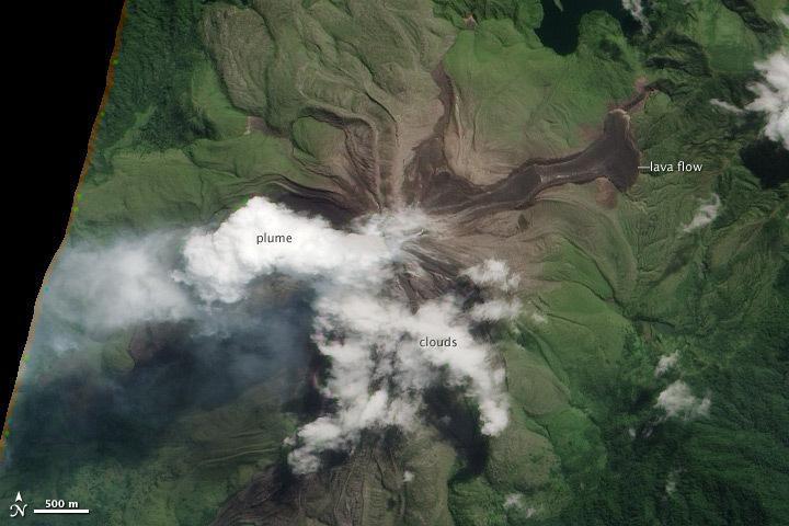 Coulée de lave sur les flancs d'un volcan papou