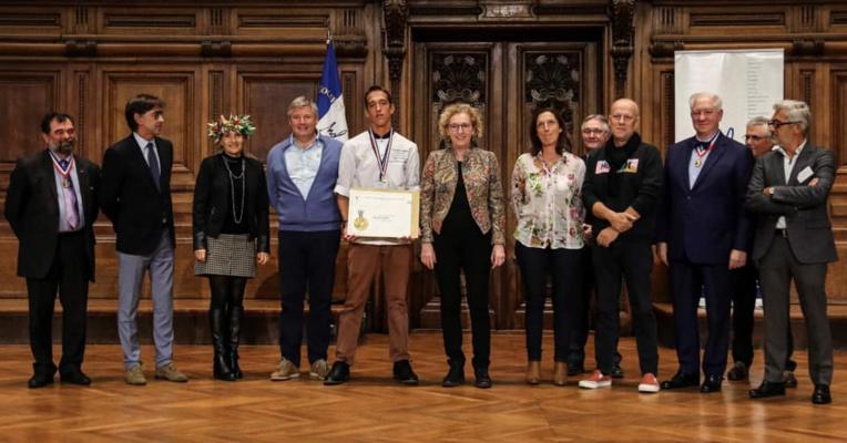 Alann Poilvet reçoit sa médaille d'or du concours du Meilleur apprenti de France