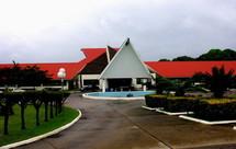 Vue générale du Parlement de Vanuatu par l'entrée principale