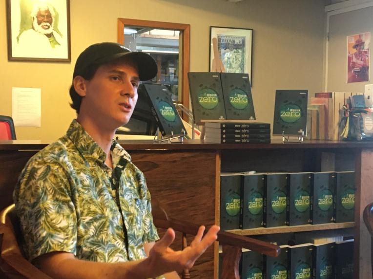 Mourareau a publié son premier roman, Méridien zéro, aux éditions Au vent des îles.