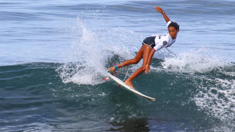Kohai Fierro, 13 ans, petite dernière de la famille Fierro a surpris tout son monde mardi sur le spot de Taharuu. (WSL / CHRISTOPHE ABRAHAM)