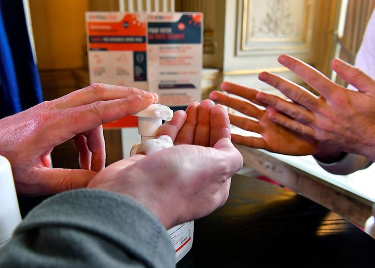"""Coronavirus: la France à """"quelques semaines"""" du pic de l'épidémie"""