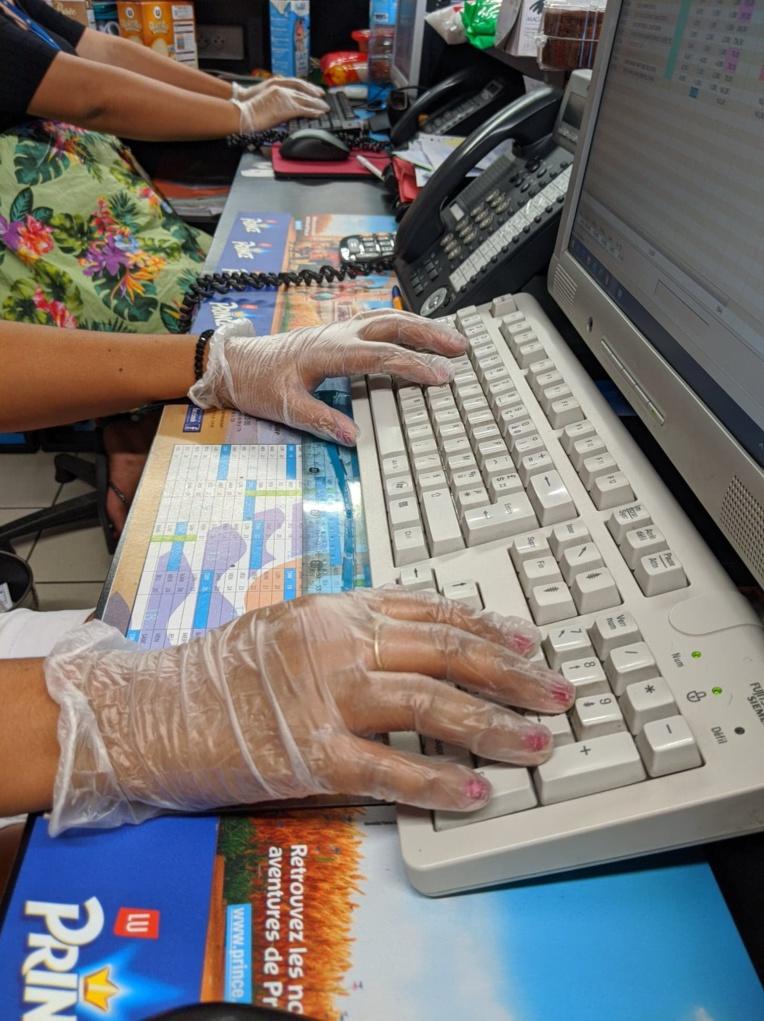 Les employés de l'accueil portent des gants de protection.