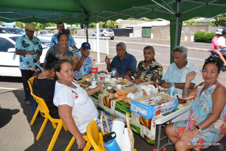 Pause déjeuner pour les colistiers du Tavini, installés sous leur tente sur le parking