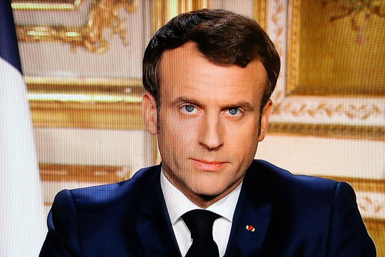 """Macron déclare la """"guerre"""" au coronavirus et restreint fortement les déplacements des Français"""