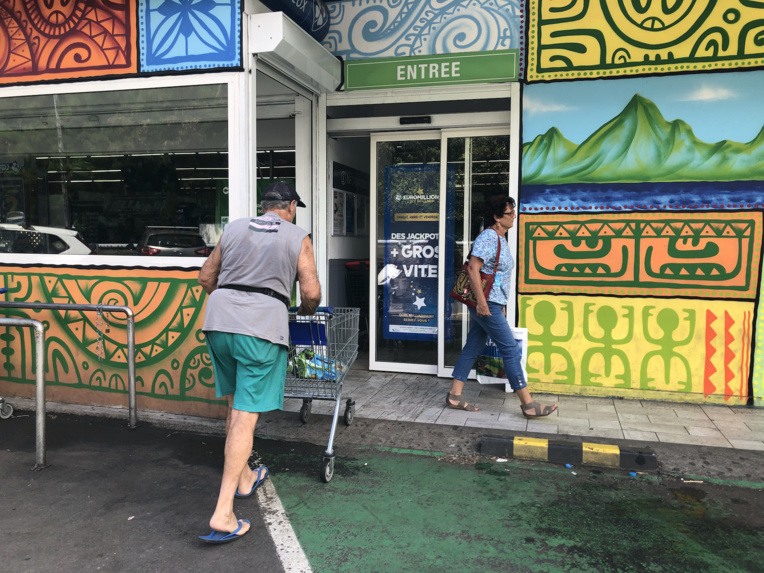 Une grande partie des grandes surfaces ont décidé hier de limiter les entrées, en demandant à chacun de leur client de se déplacer seul pour faire ses courses.