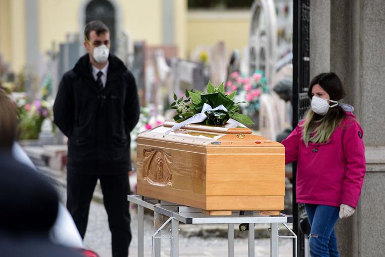 Londres se rallie aux mesures de confinement, la pandémie progresse malgré les efforts