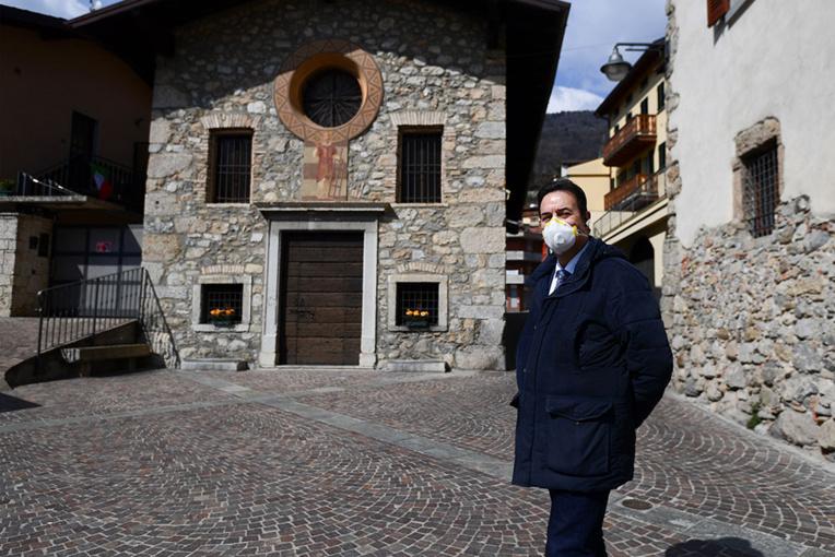"""Italie: A Vertova, village martyr, le virus est """"pire qu'une guerre"""""""
