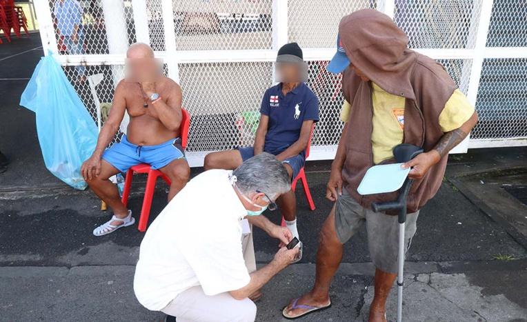 À la salle Maco Nena à Tipaerui, une quarantaine de sans-abri est confinée. Une partie d'entre eux souffre de troubles psychiatriques.