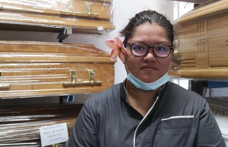 """""""La famille n'aura pas le droit de se recueillir autour de son défunt. On sait que ça va blesser beaucoup de personnes"""", explique la gérante d'un service funéraire."""