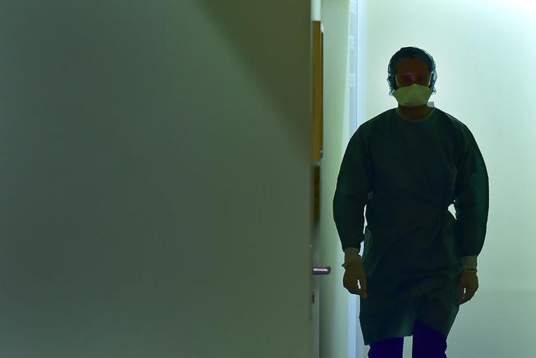 Bordeaux: Au service de réa, entre masque canard, appareil respiratoire et pizza