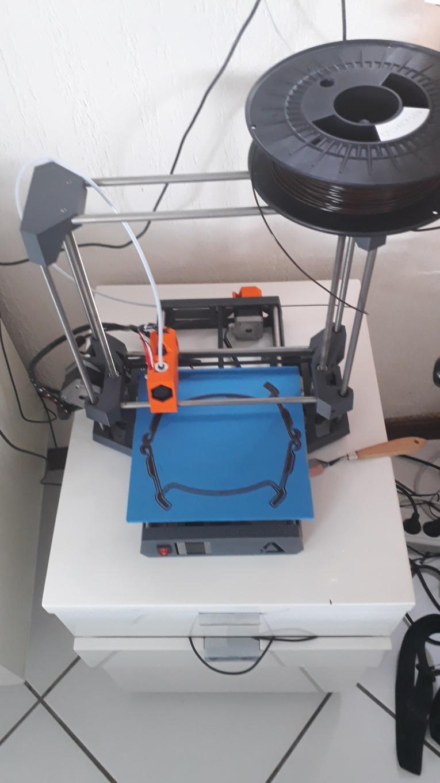 Un jeune imprime des masques en 3D pour le personnel de santé