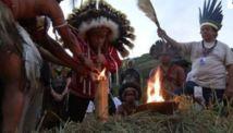 Rio+20: les plumes des Indiens remplacent celles du carnaval au sambodrome
