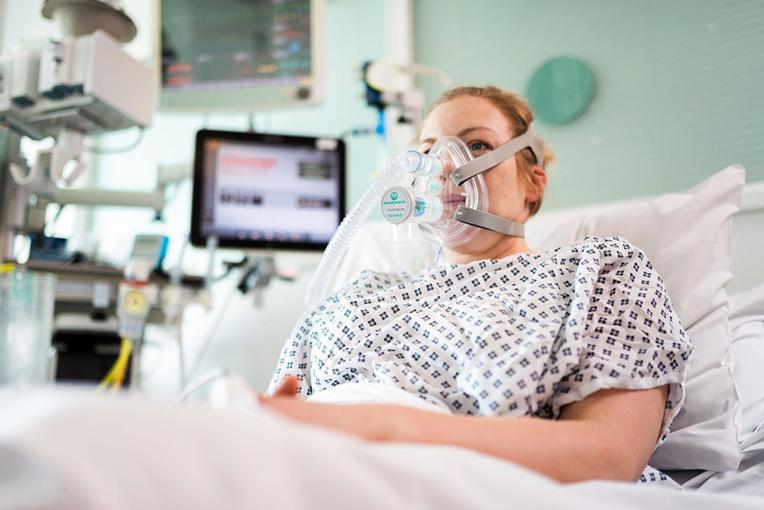 Coronavirus: une aide respiratoire conçue en urgence avec des ingénieurs de Formule 1